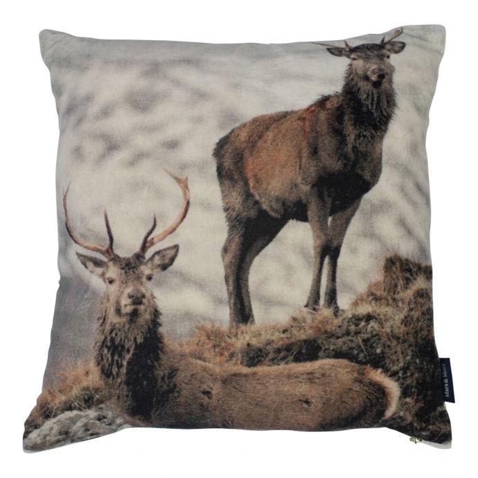 Een winters en zacht kussen! Dit kussen met hert fluweel heeft de afmetingen 45x45cm.
